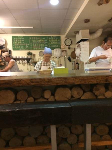 [食記]基隆海大美滋客窯烤手工披薩,皮薄脆料實在。