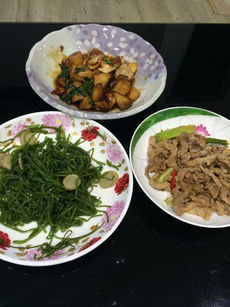 [食譜]小家庭簡單吃三菜之薑炒水蓮、蔥爆肉絲、三杯杏鮑菇