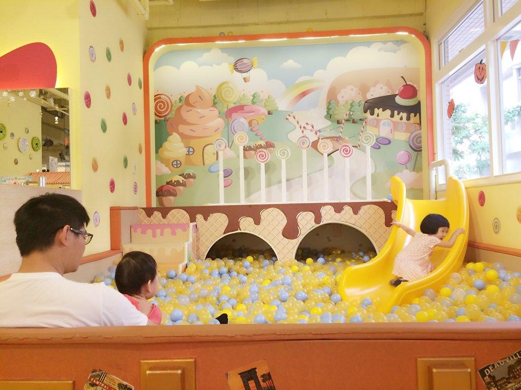 [親子]台北文山區 FunCafe親子餐廳-淇淇滿週歲生日趴,球池、溜滑梯玩不停